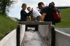 Spaß für Groß und Klein - die unzähligen Wasserrinnen, in denen man das Wasser stauen kann