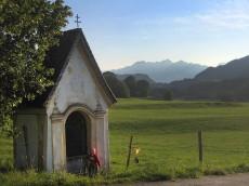 Flurkapelle bei Grainbach - im Hintergrund die Samerberger Filze