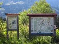 Wanderkarte und Informationstafel am Naturlehrpfad Samerberg