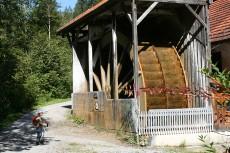 Das größte Wasserrad Bayerns am Eingang zur Gießenbachklamm bei Kiefersfelden in Oberbayern